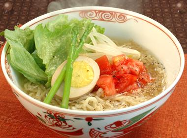 讃岐うどんの亀城庵公認レシピ 彩りトマトの塩ラーメン