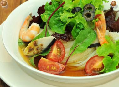 讃岐うどんの亀城庵公認レシピ 海鮮サラダぶっかけうどん