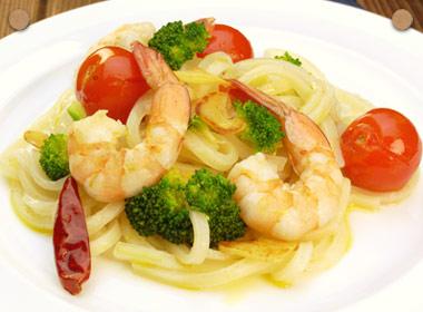 讃岐うどんの亀城庵公認レシピ 海老とブロッコリーとミニトマトのペペロンチーノ