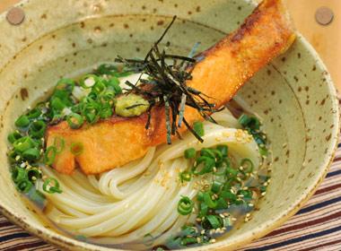 讃岐うどんの亀城庵公認レシピ 焼鮭とワサビの温ぶっかけ