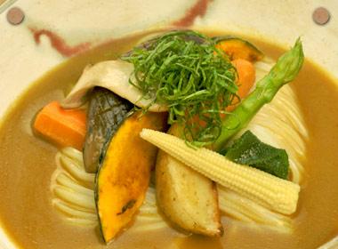 讃岐うどんの亀城庵公認レシピ 野菜たっぷり冷やしカレーうどん