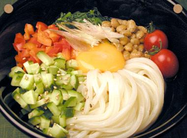 讃岐うどんの亀城庵公認レシピ 具だくさんの納豆うどん