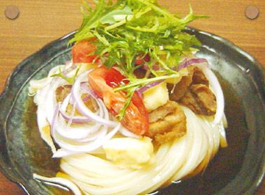 讃岐うどんの亀城庵公認レシピ カマンベールチーズの天ぷらと鶏の素揚げのぶっかけ