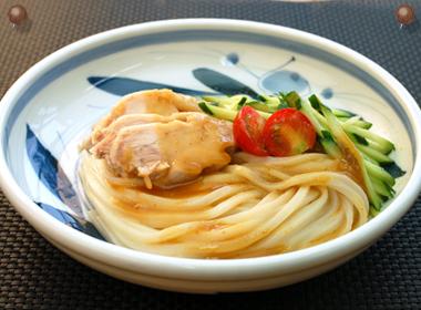 讃岐うどんの亀城庵公認レシピ 棒々鶏胡麻だれぶっかけ